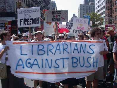 Bibliotekarier som demonstrerar och håller i ett plakat som dt står