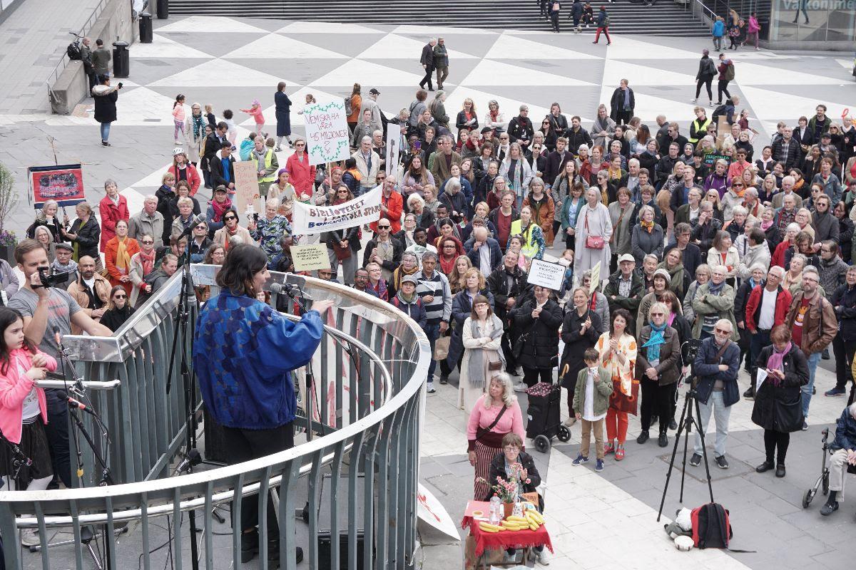 Balsam Karam talar på manifestationen Rädda biblioteken i Stockholm tidigare i år