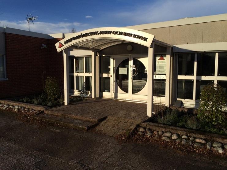 Foto som föreställer entrén till Arbetarrörelsens arkiv och bibliotek i Flemingsberg.