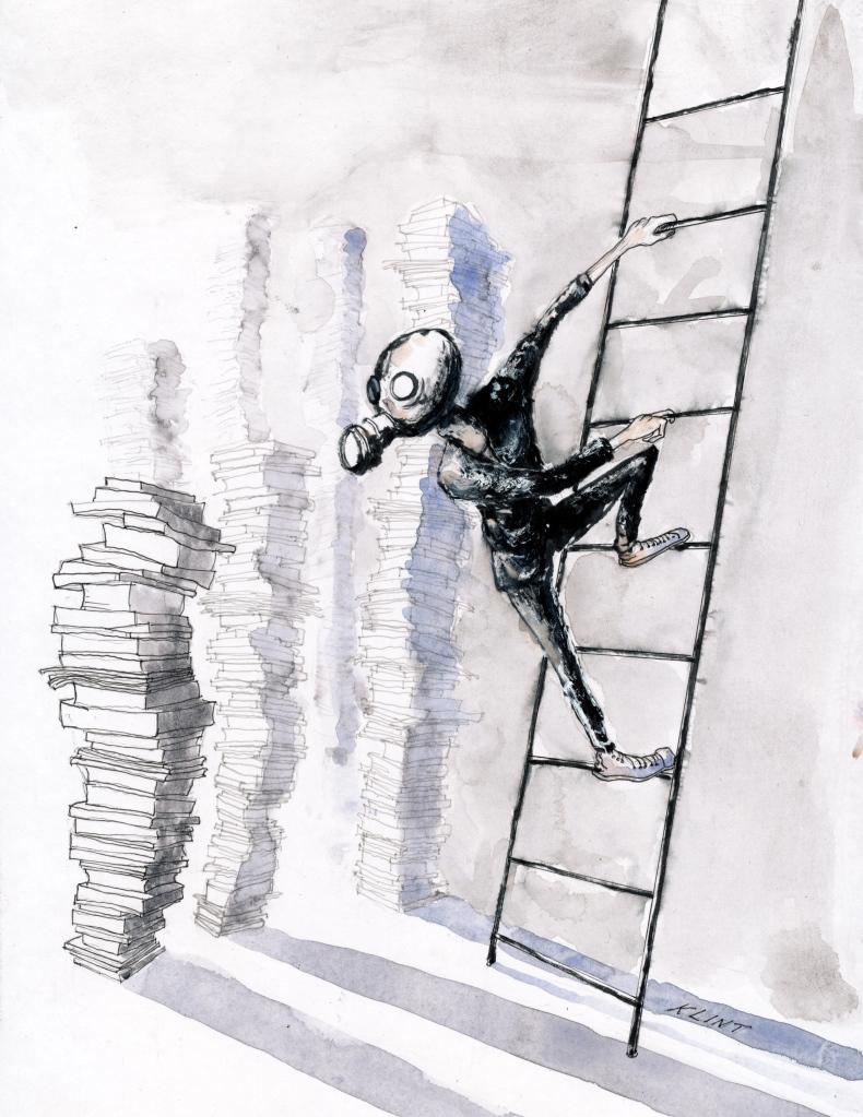 En person klättrar ner för en stege till ett bokmagasin, iklädd en gasmask.