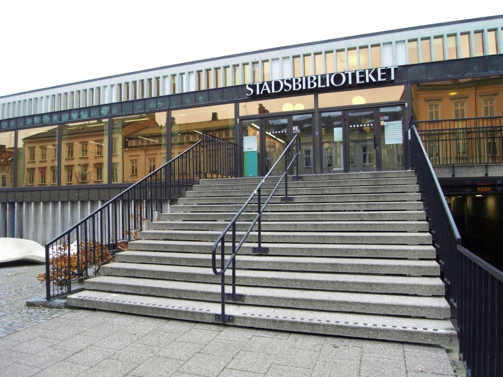 Fotografi på Lunds stadsbiblioteks entré.
